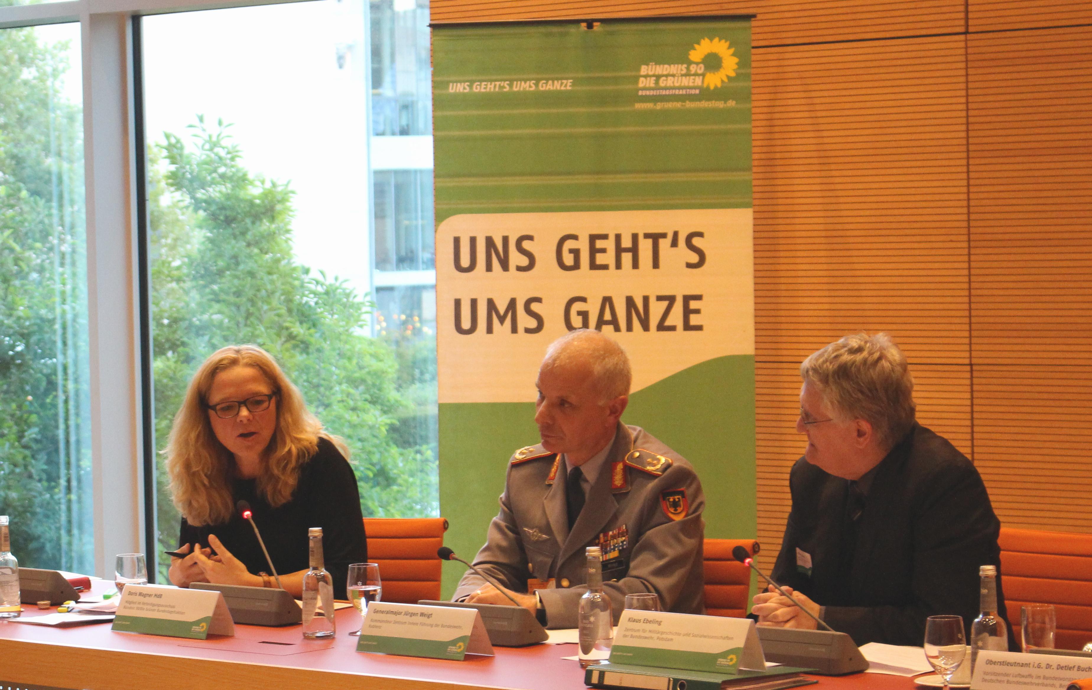 150930 Fachgespäch Innere Führung, Doris Wagner, MdB mit Generalmajor Jürgen Weigt und Klaus Ebeling 1