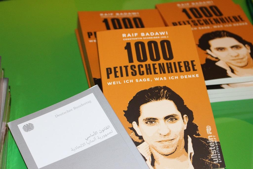 Das Buch von Raif Badawi, daneben das Grundgesetz auf Arabisch.