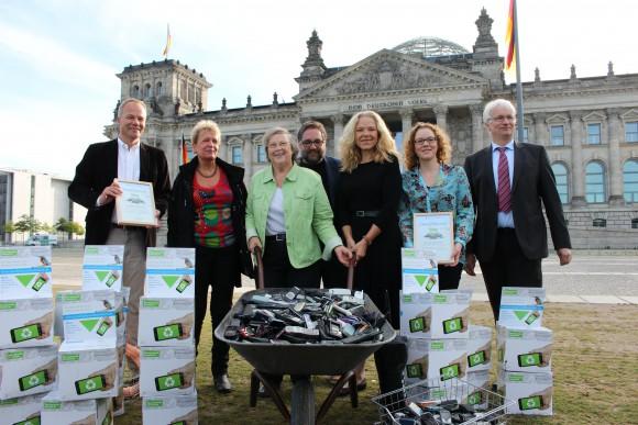 Doris Wagner und weiter Abgeordnete der Grünen Bundestagsfraktion bei der Althandysammlung vor dem Reichstag in Berlin