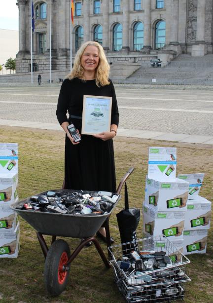 Doris Wagner bei der Althandysammlung vor dem Reichstag in Berlin