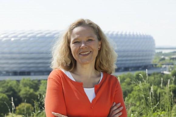 Doris Wagner vor der Münchner Allianz-Arena