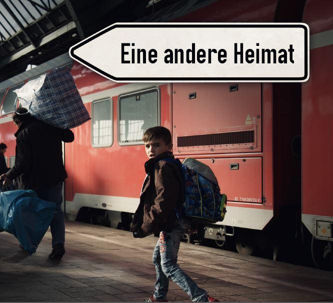 junger Flüchtling auf einem Bahnhof