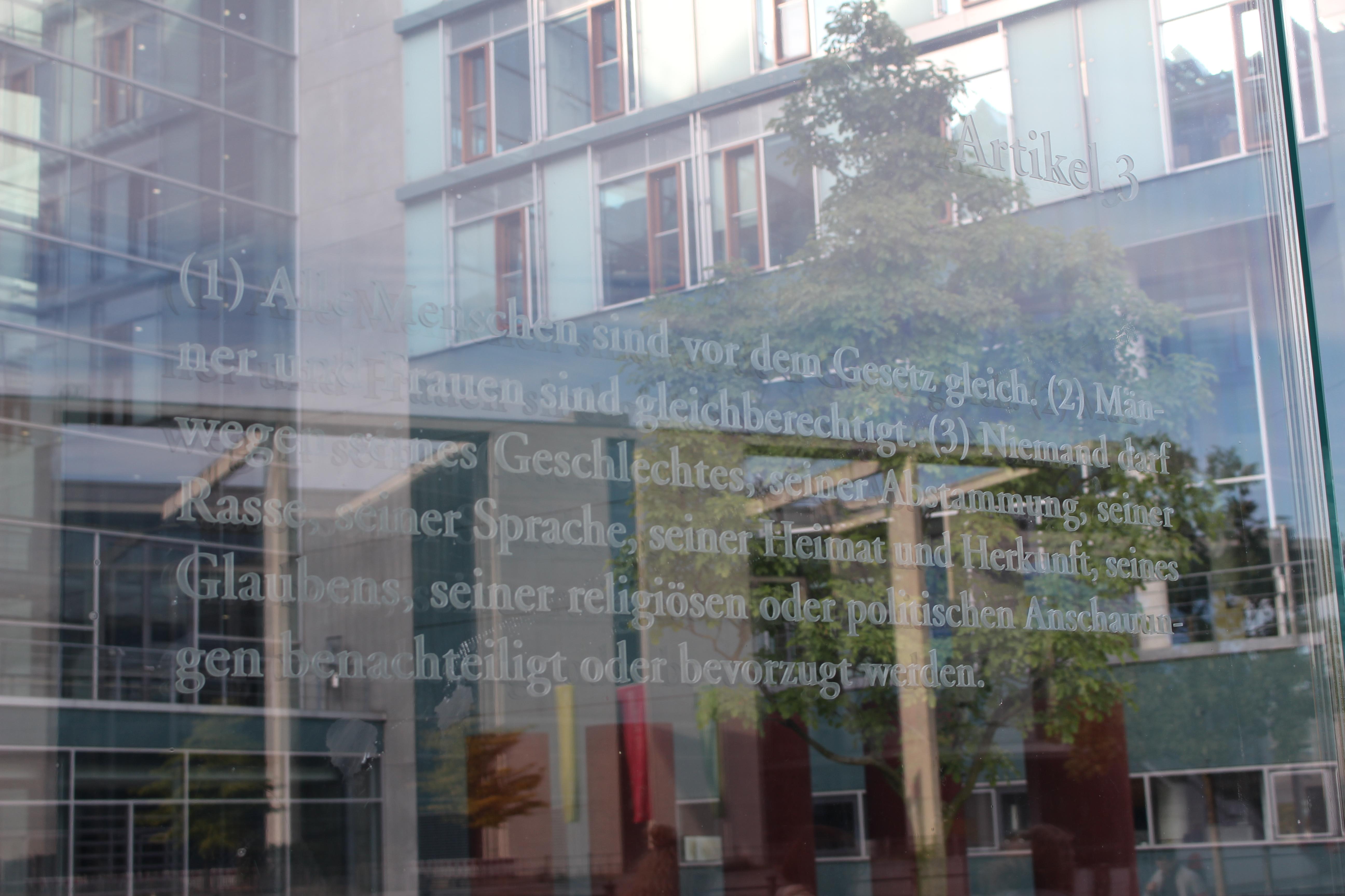 Artikel 3 des Grundgesetzes: Fotografiert am Jakob-Kaiser-Haus des Bundestages in Berlin