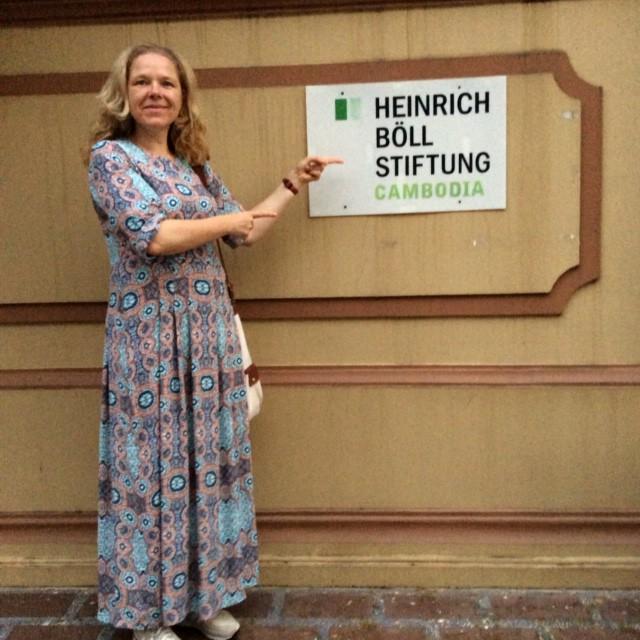 Doris Wagner vor der Heinrich-Böll-Stiftung in Kambodscha