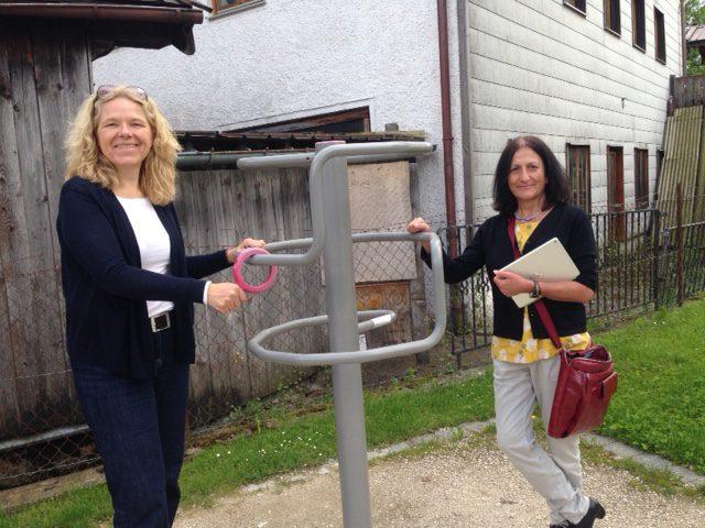 Doris Wagner mit der Kreisvorsitzenden, Helga Mandl, im Generationenpark an einem Senioren-Spielgerät