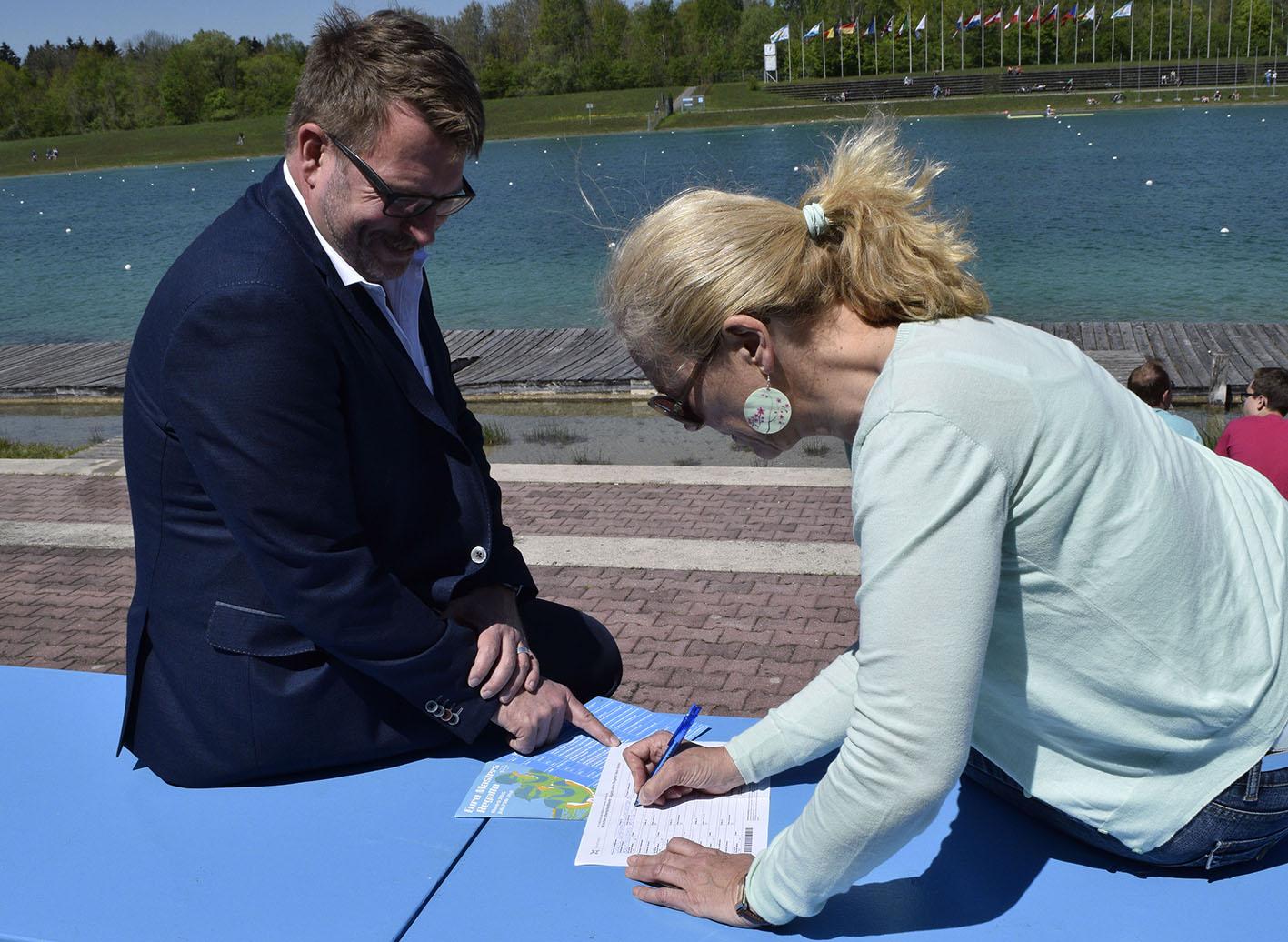 Doris Wagner unterzeichnet die Petition