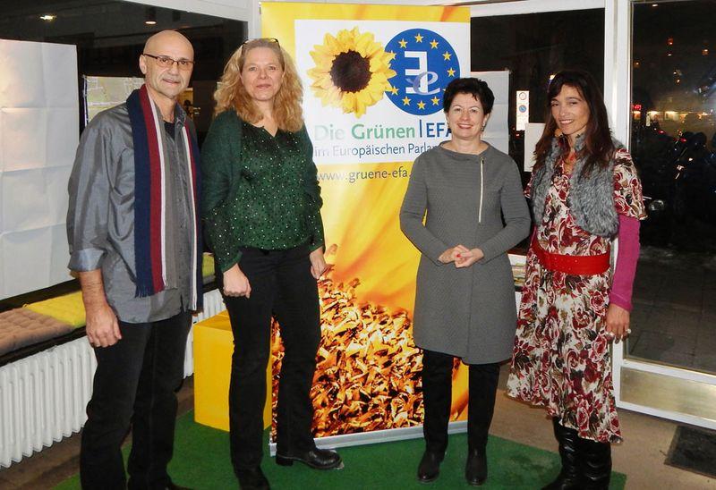 Doris Wagner mit Wolfgang Gleixner, Barbara Lochbihler und Berivan Kaya.